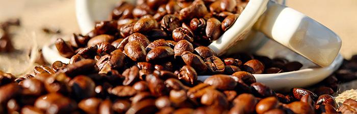 Kaffeebohnen in umgekippter Tasse