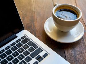 Kaffee mit Notebook