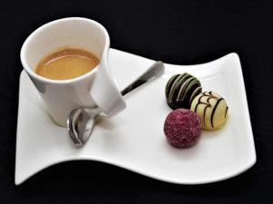 Espresso mit drei Pralinen